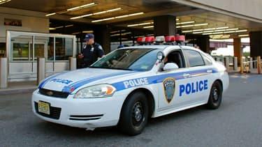 Véhicule de police stationné devant un aéroport aux Etats-Unis