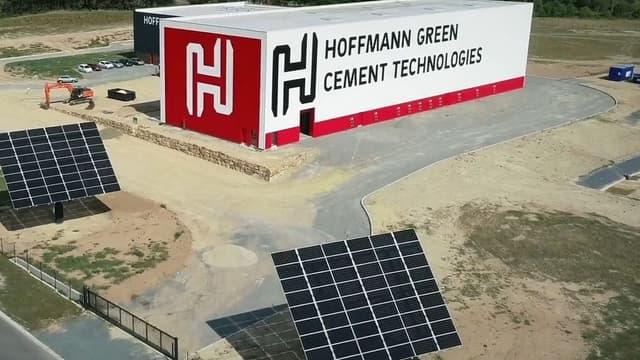 Le site de Bournezeau (Vendée), équipé de 48 silos de stockage et de 3 grands panneaux solaires à l'extérieur, produira plus de 50.000 tonnes par an à partir de janvier 2019.