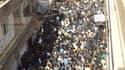 """Manifestants hostiles au pouvoir syrien lors des funérailles de manifestants, à Zabadani dans la banlieue de Damas. Les forces syriennes ont fait de la journée de mardi """"la plus sanglante de la révolution syrienne"""" en tuant 111 personnes, selon une ONG d'"""