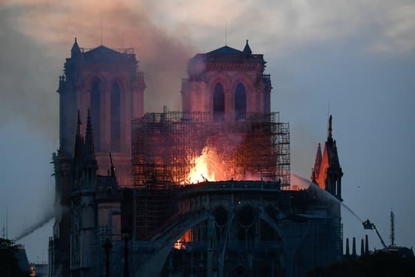 Notre-Dame: de 18h45 à 3h30, la course contre-la-montre des sapeurs-pompiers