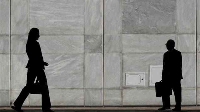 Le nombre de déclarations d'embauche de plus d'un mois de l'ensemble des secteurs de l'économie française, hors intérim, a diminué de 2,4% en octobre, selon les données CVS-CJO du dernier baromètre Acoss-Urssaf publié mercredi. /Photo d'archives/REUTERS/L