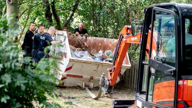 La police allemande en train de rechercher dans un jardin au nord d'Hanovre le 29 juillet 2020.