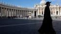 La Place Saint-Pierre au Vactican. Les 115 cardinaux qui choisiront le nouveau pape ont interrompu leurs consultations pour la messe dominicale avant d'entrer mardi en conclave. Les prélats auront une ultime réunion lundi avant de s'enfermer le lendemain