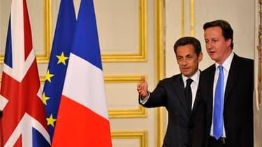 Après un dîner à l'Elysée avec le nouveau Premier ministre britannique, Nicolas Sarkozy a assuré que la France et l'Allemagne étaient solidaires face à la crise de la zone euro. David Cameron a ajouté qu'il était dans l'intérêt de Londres que l'euro soit