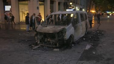 Un véhicule de la RATP a été incendié place de la République à Paris, mardi 14 juin 2016.