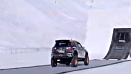 Guerlain Chicherit réalise un backflip en voiture à Tignes le 17 février 2013.