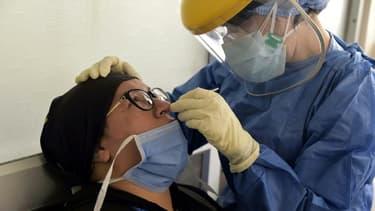 Une femme se fait tester à l'hôpital Carlos Andrade Marin de Quito le 17 juin 2020 pour vérifier si elle a été infectée ou non par le nouveau coronavirus