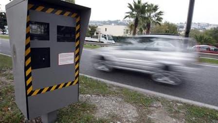 Mille radars supplémentaires vont être installés sur les routes de France d'ici à 2012 et le procès-verbal électronique sera généralisé, selon le ministre de l'Intérieur, Brice Hortefeux. /Photo d'archives/REUTERS/Eric Gaillard