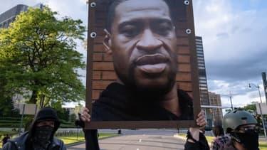 Portrait de George Floyd brandit pendant une manifestation à Détroit le 30 mai 2020 - SETH HERALD / AFP