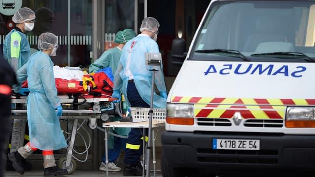 Des patients de l'hôpital de Nancy sur le point d'être transportés vers la Nouvelle-Aquitaine, le 29 mars 2020.
