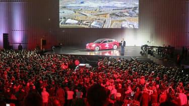Elon Musk sur scène lors d'une présentation de la Tesla Model 3 en août 2017.