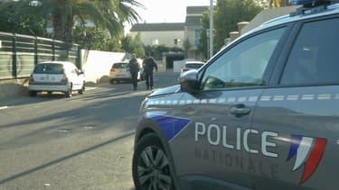 Des policiers devant le pavillon où a été retrouvée la victime décapitée à Agde