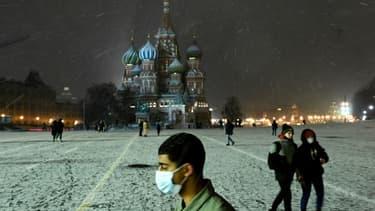 Un homme porte un masque sur la Place Rouge à Moscou le 26 novembre 2020