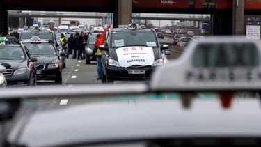 Les chauffeurs de taxis ont multiplié les blocages dans la nuit de mardi à mercredi.