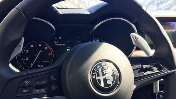 L'ergonomie du volant ne semble pas tout à fait pensée: les grandes palettes gènent l'accès aux autres comodos. Et le logo noir et blanc casse l'imaginaire coloré d'Alfa... comme sa carrosserie blanche.