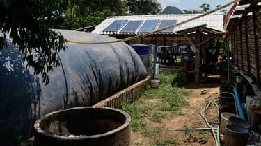 Les villageois de Pa Deng, en Thaïlande, combinent énergie solaire et biogaz pour s'éclairer.