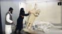 Des jihadistes de Daesh renversent une statue au musée de Mossoul, dans une vidéo diffusée en février 2015.