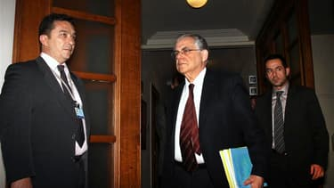 Le Premier ministre grec Lucas Papademos à son arrivée à un conseil des ministres à Athènes. Selon des responsables gouvernementaux, le gouvernement grec a approuvé vendredi soir un projet de loi engageant le pays dans les réformes exigées par l'Union eur