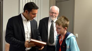 Le Président de l'université de Perpignan offre le livre sur l'histoire de l'établissement à Maximilian