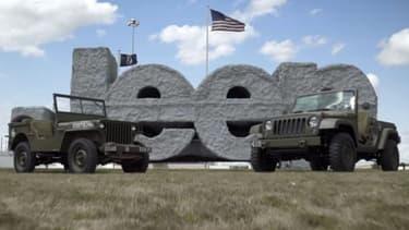 La Jeep Willys, à gauche, et un concept de Wrangler édition anniversaire, à droite.