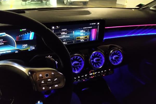 Le nouvel intérieur très coloré des Mercedes.