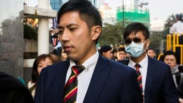 Kwan Ka-ho (c), l'un des sept policiers accusés d'avoir agressé un manifestant lors du mouvement pour la démocratie de 2014, arrive au tribunal de Hong Kong, le 14 février 2017