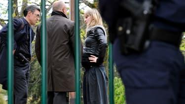 A droite, la mère de Fiona, Céline Bourgeon, s'entretenant avec le procureur de la République, Pierre Sennès, le 17 mai