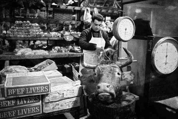 Un boucher des Halles en 1969 avant la fermeture du marché.