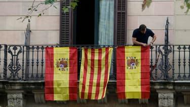 Des drapeaux espagnols et catalan à Barcelone, le 10 octobre 2017.