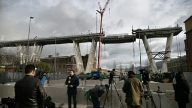 Les médias observent l'amorce de la descente d'un tronçon du pont Morandi dans le cadre de son démantèlement, à Gênes (Italie) le 9 février 2019