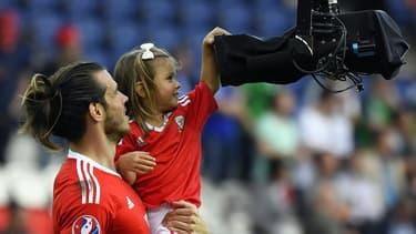 Le joueur gallois Gareth Bale et sa fille Alba Viola le soir du match entre le Pays de Galles et l'Irlande du nord, le 25 juin à Paris.