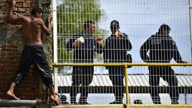 Un migrant hondurien en tête de file de la caravane des migrants, à proximité de la police mexicaine le 20 octobre 2018.