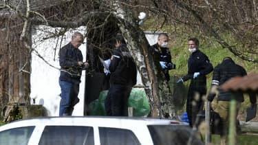 Des gendarmes et des experts en criminalistique à la recherche du corps de Maëlys le 14 février 2018 à côté de Domessin, en Savoie