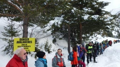 """Des professionnels de la montagne en """"cordée solidaire"""" pour revendiquer leur devoir d'assistance à personne en danger à Névache, dans les Alpes françaises, le 17 décembre 2017"""