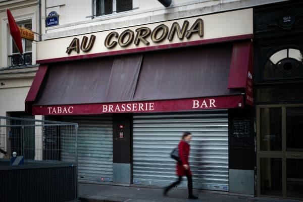 Devant un café fermé pour cause de confinement,  portant le nom de Corona, à Paris le 4 novembre 2020