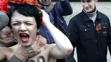 L'une des Femen, Marguerite, agressée par des manifestants pro-russes jeudi.