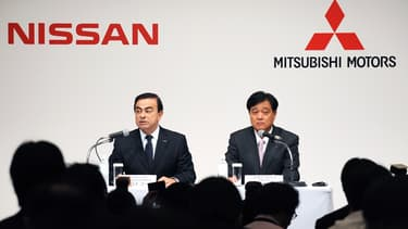 Le PDG de Nissan Carlos Ghosn (à gauche) et celui de Mitsubishi, Osamu Masuko (ici en 2010).