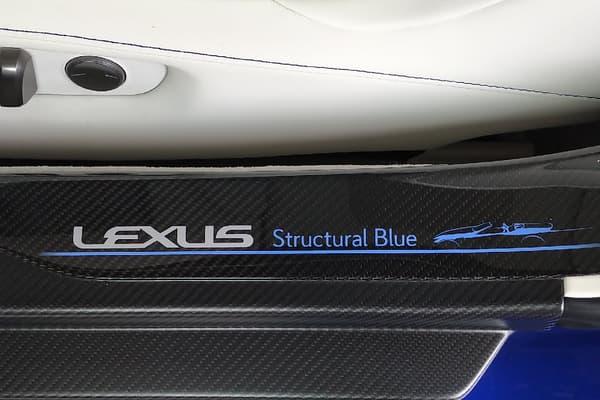"""Ce cabriolet dispose d'une teinte inédite qui lui est réservé: le """"Structural Blue""""."""