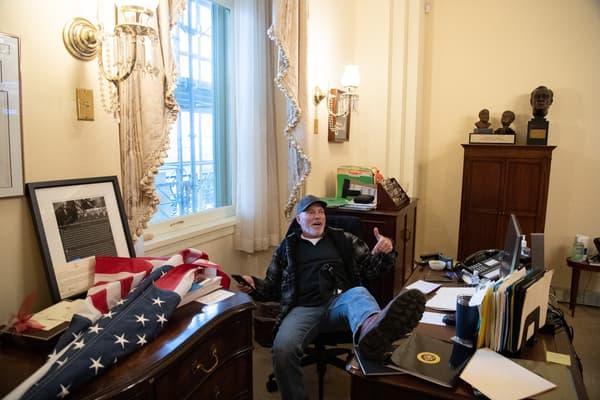 Richard Barnett le 6 janvier 2021 dans le bureau de Nancy Pelosi