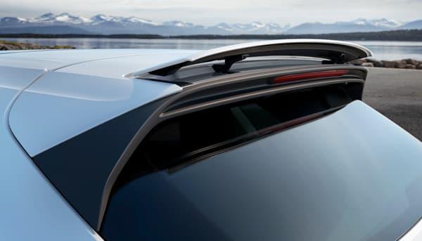 A l'arrière du nouveau Cayenne, on retrouve un becquet de toit adaptatif.