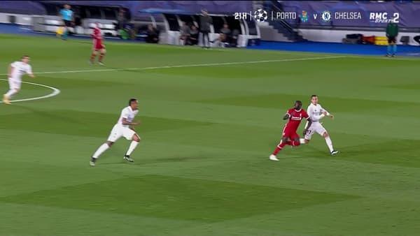 Mané lève la tête vers le ballon quand Vazquez semble uniquement concentré sur son adversaire