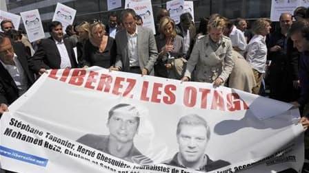 A Paris, en mai, lors d'une manifestation de soutien à Stéphane Taponier (à gauche) et Hervé Ghesquière, les deux journalistes de France 3 otages en Afghanistan depuis le 29 décembre dernier. Les autorités françaises ont des preuves de vie récentes des de