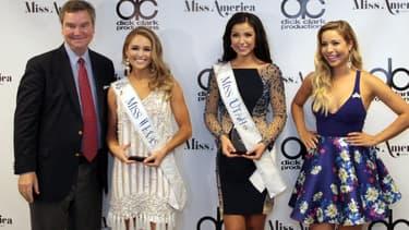 Sam Haskell, aux côtés de deux candidates au titre de Miss America 2018 et de Miss America 2015, en septembre 2017
