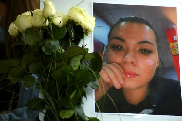 Un portrait de Stéphanie Di Vincenzo tuée dans la rue dans la nuit du 23 au 24 mai 2021, lors d'une marche blanche à Hayange le 26 mai 2021