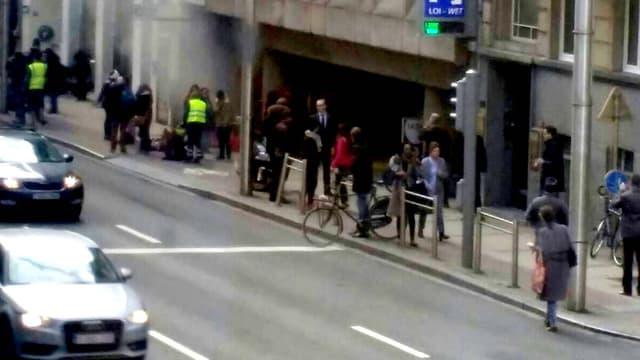 De la fumée sort de la station de métro de Maalbeeck, en plein cœur du quartier européen de Bruxelles, après une explosion ce 22 mars.