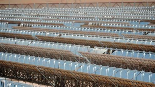 La centrale a été installée en plein désert, au sud ouest d'Abou Dhabi