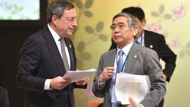 Mario Draghi, à gauche, le président de la BCE, et Haruhiko Kuroda, le gouverneur de la Banque du Japon