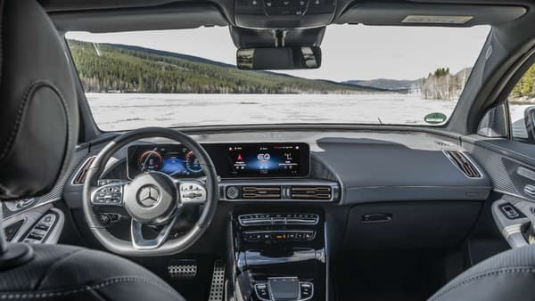 L'interface homme-machine est celle déjà vue sur les derniers modèles Mercedes, avec ce grand écran XX pouces. Les détails sur la gestion de la batterie, de la consommation à la charge, sont particulièrement fournis.