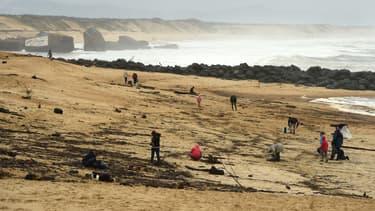 Des personnes se promenant sur une plage de Capbreton le 11 novembre 2019, où un paquet de cocaïne a été découvert quelques jours plus tôt.