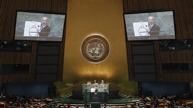 """Le Premier ministre israélien lors de son allocution devant la 67e Assemblée générale de l'Onu, à New York. Les Nations unies ont appelé toutes les parties impliquées dans le dossier du nucléaire iranien à éviter """"la rhétorique guerrière"""" alors que l'actu"""